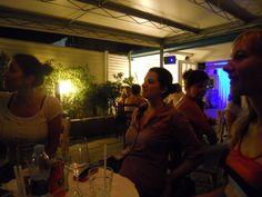 vocaliste ascoltano cantare la loro insegnante Amy all'Ida Y Vuelta di Sottomarina