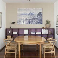 """A casa de Eva Bisgaard, cônsul da Dinamarca no Brasil, exalta o #hygge. """"A informalidade do meu apartamento resume a principal característica desse lifestyle. É um lar de verdade, com bastante luz natural, pensado e feito para ser usado e vivido"""", diz. Na foto, cadeiras de Hans Wegner rodeiam a mesa de jantar de Borge Mogensen. : Gui Morelli #decor #homedecor #decorescandinavo #minimalism"""