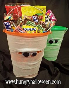 Halloween Craft - Mummy Bucket Have fun with your kids and make a fun Halloween Craft! This spooky Mummy Bucket is so easy to make and can be filled with your favorite Halloween candies! Dulceros Halloween, Halloween Goodie Bags, Halloween Baskets, Fun Halloween Crafts, Halloween Birthday, Holidays Halloween, Halloween Treats, Holiday Crafts, Holiday Fun