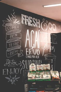 BLOG SOBRE DIY, DECORAÇÃO, FESTAS, ILUSTRAÇÃO, FREEBIES, PICNIC E PAPELARIA EM BRASÍLIA - BLOG DO MATH Blackboard Art, Chalkboard Decor, Chalkboard Lettering, Bakery Shop Design, Restaurant Design, Different Lettering Styles, Calligraphy Signs, Store Window Displays, Coffee Logo