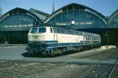 218 336-6 verläßt im Sommer 1983 den Lübecker Hbf mit einem Eilzug.
