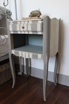 Chevet , 1 tiroir, avec une niche patiné coloris milk & loft (Autentico) et l'intérieur en coloris scandinavian blue(Autentico) La patine...