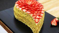 Dråbeformet lagkage med topping af jordbær Baileys Cheesecake, Pastry Cake, Frisk, Mousse, Dessert Recipes, Desserts, Cakes And More, Hot Dog Buns, Pesto