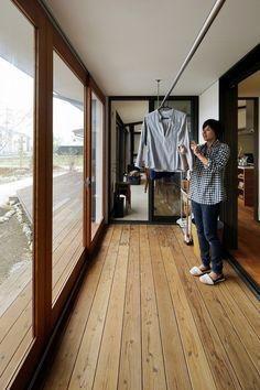 ウッドデッキとつながるサンルーム Dream Home Design, Home Interior Design, House Design, Outdoor Laundry Rooms, Japanese Modern House, Laundry Room Bathroom, Bedroom Closet Design, Laundry Room Design, Apartment Design
