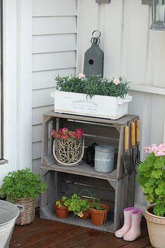 DIY garden decoration with wooden crates My desired home Crate Decor, Diy Wooden Crate, Wooden Crates Garden, Porch Paint, Decoration Entree, Summer Porch, Diy Porch, Diy Door, Diy Garden Decor