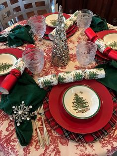 """Introduced in """"Christmas Tree"""" by Spode has graced holiday tables for more than 75 years. It is is a classic Christmas tradition, loved for its nostalgia and warm recollections of… Christmas Tabletop, Christmas China, Spode Christmas Tree, Christmas Tree Design, Christmas Dishes, Christmas Table Settings, Christmas Tablescapes, Christmas Table Decorations, Holiday Tables"""