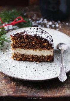 Przepyszne ciasto makowe z jaglanym kremem i polewą z gorzkiej czekolady. Idealne na święta i nie tylko.