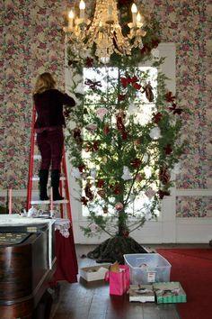 Volunteer decorating in the Sanders House