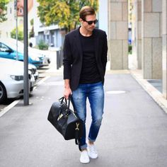 7 Timeless Outfit Formulas That Will Never Go Out Of Style Stylish Men, Men Casual, White Shirt And Blue Jeans, Blazer With Jeans Men, Ripped Jeans, Blue Denim, Blazer Outfits Men, Mode Man, Look Blazer