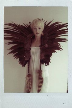 Feathers Feathers Feathers wow, this is amazing! Feather Fashion, Flower Fashion, Diy Fashion, Grace Neutral, Feather Cape, Character Inspiration, Style Inspiration, Mode Costume, Ideas