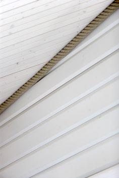 Seinät: Kajo hirsipaneeli 20x170 mm, sävy: peittävä valkoinen. Katto: STP 14x95 mm valeuralla, sävy: kuultava valkoinen