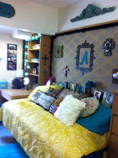 Dorm room pillows dorm room bed turned sideways to open the room decorate with pillows to Dorm Room Bedding, Pillow Room, Futons, Texas Tech Dorm, Dorm Design, Dorm Room Organization, Dorm Life, College Life, Cute Dorm Rooms