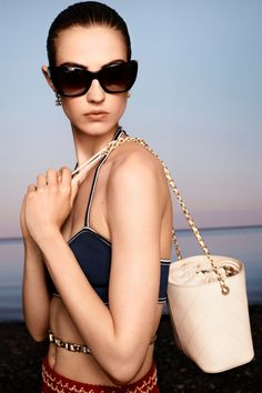 Chanel Resort, Chanel Cruise, Chanel Fashion, Couture Fashion, Fashion Bags, Fashion Show, Fashion 2020, Women's Fashion, Vogue Paris