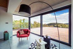 Une large baie vitrée pour faire entrer le soleil au cœur de votre intérieur.  #Oknoplast #fenêtre #baievitrée #design http://www.oknoplast.fr/