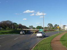 L2 Sul perspectiva sentido Norte com acesso à direita para a avenida das Nações (Embaixadas Espanha e China) e direção à ponte das Garças e o centro comercial e de diversões Gilberto Salomão