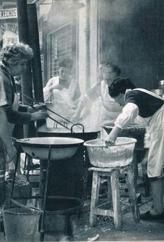 Los buñuelos!! Valencia Spain, Women In History, Alicante, Barcelona, Black And White, Painting, Nostalgia, Vintage, Home