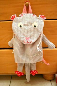 Ce petit sac à dos souris est le dernier de la liste ;-) La prochaine fois, je lui ferai de plus grandes oreilles mais je la trouve quand même mignonne ! P