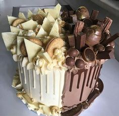 Like a cake decorator who sells their cakes or a home baker who prepares desserts for friends and family, it is necessary to learn all. Crazy Cakes, Fancy Cakes, Köstliche Desserts, Delicious Desserts, Desserts Nutella, Food Cakes, Cupcake Cakes, Bolo Tumblr, Chocolate Bonbon