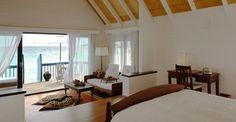 Cocoa Island Hotel (Maldivas)  Este hotel resort se encuentra en la otra cara de la moneda respecto del anterior, ya que las habitaciones son pequeñas embarcaciones con salida al mar.    Treinta y tres suites sobre el agua, atracados en las famosas playas de arena blanca de las Maldivas, y rodeadas de los arrecifes más hermosos llenos de vida.