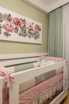 O painel de flores na parede é fruto da criatividade da própria arquiteta. Foto: Carol Sabino