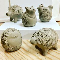 アトリエ陶喜*Tsujimoto KiyomiさんはInstagramを利用しています:「昨年、一昨年に引き続き今年も年末に向け、数量限定で花小紋柄の干支セットを制作しております。こちらは十二支全てをセットにして、オリジナル原画のイラストを描いた箱に収めたシリーズです。焼きあがると艶のある白いミニサイズの十二支になります。 #pottery #ceramic…」 Ceramic Animals, Clay Animals, Ceramic Clay, Ceramic Pottery, Clay Birds, Clay Studio, Art Lessons For Kids, Clay Figures, Pottery Designs