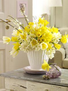 2-3 Bund Narzissen5-6 Hyazinthen in Weiß1 Bund Tulpen in Gelb-Weiß3 Zweige ZierpflaumeVaseRosenschereMesser1. Stiele der Blumen von