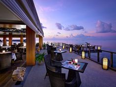 The Dusit Thani resort, in Maldives gives you this opcion to have dinner in this restaurant with overlooking to the sea, tasting an assortment of Thai culinary goodness