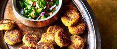 spiced sweet potato cakes with kachumber Veggie Snacks, Veggie Recipes, Indian Food Recipes, Healthy Snacks, Vegetarian Recipes, Dinner Recipes, Cooking Recipes, Healthy Recipes, Veggie Dinner
