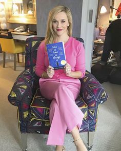 Reese Witherspoon's Book Club Picks List With Hello Sunshine Reese Witherspoon Instagram, Reese Witherspoon Book Club, Reese Witherspoon Style, I Love Books, Great Books, New Books, Books To Read, Book Club List, Book Club Books