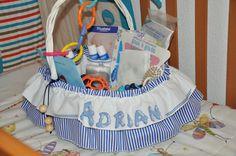 Los amigos del colegio del papá de Adrián le regalaron en Marzo de 2015 esta canastilla llena de cosas de puericultura de primera necesidad y juguetes!!