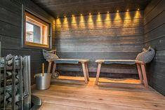 Tyynyt ja hauska valaistus tuovat saunaan ripauksen persoonallisuutta.