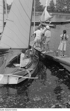 Original image description from the Deutsche Fotothek Beim Anlegen eines Segelbootes.
