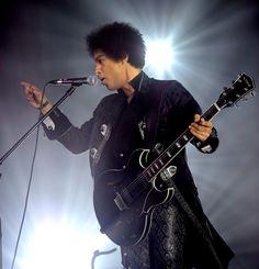 'Purple Rain', 'Kiss', 'Cream'... Le kid de Minneapolis s'est éteint hier à 57 ans, après plus de 35 ans de carrière. Avec son look la fois androgyne et flamboyant, Prince faisait le show sur scène par ses performances vocales, vestimentaires et physiques. Retour sur le style inimitable de Prince en 25 images de concerts.