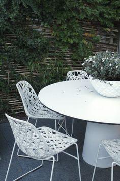 Een stadstuin met 3 tuinkamers waardoor het gezin voldoende leefruimte heeft en de tuin een urban chique uitstraling krijgt.