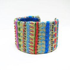 Brassard de rayures colorée, amitié inspiré, broderie sur toile de lin, Boho Bangle, fibre Art Bracelet, broderie Sampler, arc-en-ciel de couleurs
