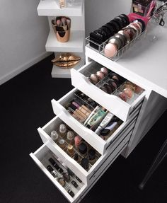 Makeup Beauty Box, Diy Makeup, Bedroom Inspiration Cozy, Makeup Storage Organization, Make Up Storage, Vanity Room, Make Up Organiser, Glam Room, Makeup Rooms