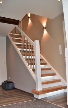 Stair Renovation, Stairway Renovation by the Professional – ✓ Excellent Service ✓ Competitive Price ✓ Fast Installation – Laminate Steps, Vinyl Steps, Solid Wood Steps! Staircase Wall Lighting, Staircase Railings, Modern Staircase, Staircase Design, Staircase Runner, Decorating Stairway Walls, Stair Renovation, Escalier Design, Stair Walls