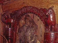 Detalhes esculpidos em porta de madeira de uma antiga casa do século XI, em