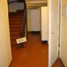 2 - Eteinen oli jaettu 80-luvun remontissa puoliksi väliseinällä, jonka taakse oli sijoitettu vessa ja pesukoneen paikka. Alkuperäistä oli siis enää lattiat, portaat ja ovet. Samalla taloon tuotiin sisään juokseva vesi ja viemäröinti ensimmäistä kertaa. Toteutus oli häkellyttävää: jos suunnitelmissa oli viemärinousu merkattu tiettyyn paikkaan niin se laitettiin juuri siihen vaikka se tarkoittaisi alapohjan hirren katkaisemista. Jos ulkovalaisimelle piti viedä 10 mm paksuinen sähköjohto…