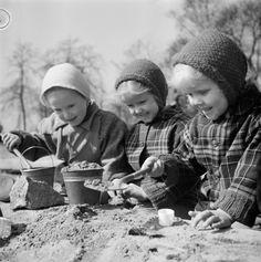 Huhtikuun lopulla vuonna 1957 kutsui lämmin keväpäivä lapsia hiekkalaatikolle leipomaan hyviä hiekkakakkuja. Helsinki 25.4.1957.  Teppo Palho/Suomen valokuvataiteen museo/Alma Media/Uuden Suomen kokoelma