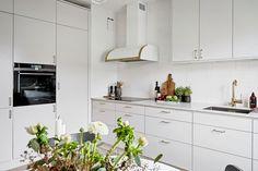 Pärlgrått kök med luckan Solid. Ovanför spishällen sitter en exklusiv fläkt från Fjäråskupan. Resterande vitvaror är från Siemens som är snyggt integrerade i inredningen. Den maskinella utrustningen består av ugn med ångfunktion, induktionshäll, diskmaskin och en kombinerad kyl/frys.