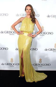 ALESSANDRA AMBROSIO    ¡Simplemete perfecta! Así lució la supermodelo brasileña en la fiesta de la prestigiosa joyería De Grisogono, que se celebró este martes en Cannes. Alessadra combinó un hermoso vestido Elie Saab con accesorios a juego.