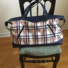 Anne-Marie sur Instagram: Grand sac de voyage en simili et écossais ... rose et bleu 💕💙💕💙 Super modèle de chez @patrons_sacotin Avec deux poches zippées devant et…