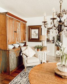 Home Interior Hamptons Don't you love an organized and freshly decorated dining room? This is how we decorated ours for spring.Home Interior Hamptons Don't you love an organized and freshly decorated dining room? This is how we decorated ours for spring. French Home Decor, Indian Home Decor, Unique Home Decor, Vintage Home Decor, Cheap Home Decor, Living Room Interior, Home Interior, Home Decor Bedroom, Living Room Decor