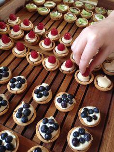 New Fruit Tart Decoration Fun 34 Ideas Mini Fruit Pies, Fruit Tart, Tapas, Cake Recipes, Dessert Recipes, Small Desserts, Dessert Dips, Danish Food, New Fruit