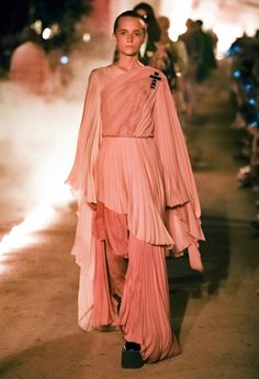 Gucci Resort 2019 Fashion Show Gucci Resort 2019 Arles Fashion Show Collection: See the complete Gucci Resort 2019 Arles collection. Look 4 Vogue Fashion, Live Fashion, Fashion Week, Runway Fashion, Fashion Outfits, Fashion Trends, Editorial Fashion, Vogue Paris, Fashion Show Collection
