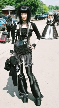 Top Gothic Fashion Tips To Keep You In Style. As trends change, and you age, be willing to alter your style so that you can always look your best. Consistently using good gothic fashion sense can help Cosplay Steampunk, Style Steampunk, Steampunk Fashion, Gothic Steampunk, Steampunk Clothing, Victorian Gothic, Dark Beauty, Goth Beauty, Gothic Mode