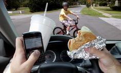 Samsung допоможе водіям відповідати за кермом. Про це повідомили представники компанії.  Новий додаток In-Traffic Reply від компанії Samsung допоможе автомобілістам і всім учасникам дорожнього руху відповідати на дзвінки та смс не відволікаючись від трафіку. Програма викори