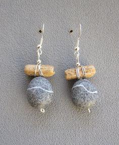 Des boucles d'oreilles imitation galet gris granit et bois flotté en pâte polymère faites-main : Boucles d'oreille par la-boutique-de-clafoutine