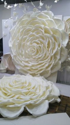 How to Make Awesome Wedding Decorations on a Budget - Paper Flower Backdrops Paper Flowers Craft, Large Paper Flowers, Paper Flowers Wedding, Crepe Paper Flowers, Paper Flower Backdrop, Giant Paper Flowers, Flower Crafts, Diy Flowers, Fabric Flowers